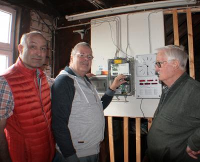 Uwe Hegner (Mitte) startete im Beisein von Bürgermeister Arnd Witzky und Manfred Breidenbach die neue Antriebstechnik.