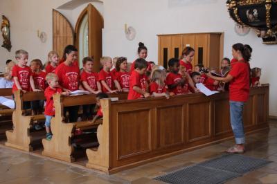 Kindergartenkinder mit ihren Liedbeiträgen beim Gottesdienst (Foto: privat)