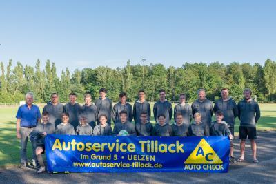 Vorschaubild zur Meldung: U 15 der JSG Aue Wrestedt dank Ulf Tillack für einheitliche Hoddies