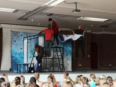 Vorschaubild zur Meldung: Englisches Theater erneut zu Gast an der Gesamtschule Much