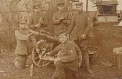 Johannes Behrend, vorn knieend, mit seiner Geschützbedinung an der Westfront