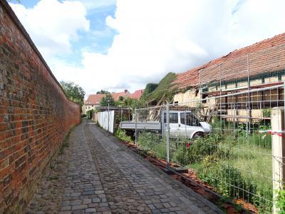Vorschaubild zur Meldung: Sicherung eines Wirtschaftsgebäudes in der Kyritzer Altstadt hat begonnen