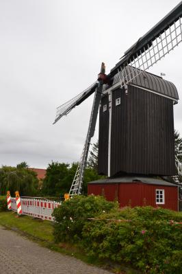Die beschädigte Dornumer Bockwindmühle.