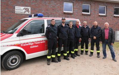 Stolz präsentieren die Kameraden der Freiwilligen Feuerwehr Göhlen mit Wehrführer Jens Bonifer (3.v.r) und Bürgermeister Helmut Seyer (r) den neu erworbenen Mannschaftstransportwagen.