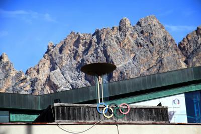 In Cortina d'Ampezzo wurden 1956 bereits die Olympischen Winterspiele ausgetragen - das Olympische Feuer und die fünf Ringe erinnern an die Winterspiele - Foto: Joachim Hahne / johapress