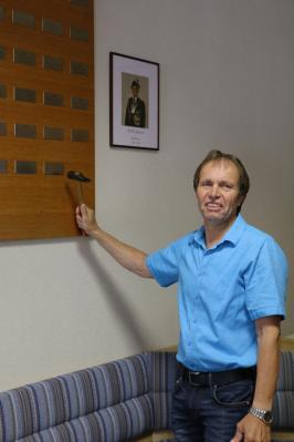 Vorschaubild zur Meldung: Anbringen der Namensschilder an den Ehrentafeln