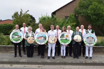 v.l.: Björn Schierding (Volksfestkönig), Andreas Winkler (MTV), Monika Baas-Schulz (Damenehrenscheibe), Andreas Behrens (VFG), Lea Riedel (Volksfestkönigin), Davin Obst (Junggesellen-Ehrenscheibe), Maik Burgdorf (VFG), Maya Krusch (Schülerkönigin), Ingo Lüders (stellv. Ortsbürgermeister), Andreas Neumann (Herrenehrenscheibe), Rainer Röcken (Ortsbürgermeister), Tilman Lüddeke (Junggesellenkönig)