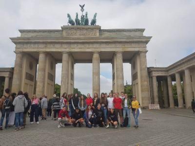 Die Abschlussklasse vor dem Brandenburger Tor in Berlin