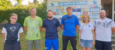 (von links) Ullrich Hoffmann (1. Vorsitzender SV Mackensen), Dirk Schoppe (2. Vorsitzender TSV Heinade), Thomas Bunke (Spielertrainer 1. Mannschaft), Hartmut Meyer (Trainer 1. Mannschaft), Julia Henne (Fußballfachwartin SV Mackensen) sowie Sascha Samse (Fußballfachwart TSV Heinade und Betreuer der 2. Mannschaft).