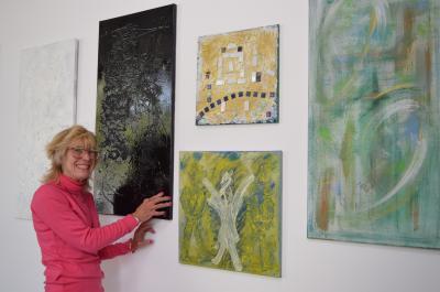 Künstlerin Tine Ullmann präsentiert ihre Bilder im Café des Stadtbads.