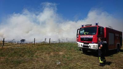 Zahlreiche Kameraden rückten bei hochsommerlichen Temperaturen am 30. Juni zum Brand von etwa 300 Heuballen in Bolschwitz-Erlenau aus. Foto: FFW Calau