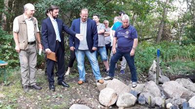 Vorschaubild zur Meldung: Bürgermeister vor Ort: Läuft der Trebuser See aus?