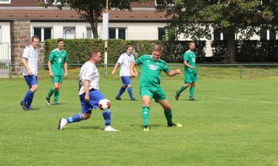 Abwehrspieler Dominic Margenfeld ( grünes Trikot ) strebt mit der zweiten Mannschaft des Demminer SV ein Weiterkommen an