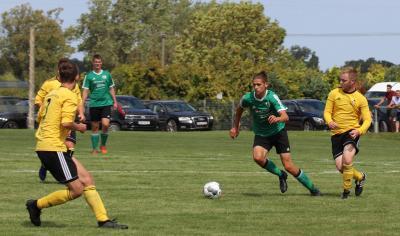 Niklas Lein ( grünes Trikot ) zeigte im Demminer Spielaufbau eine starke Leistung