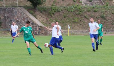 In Pribbenow setzte sich die zweite Mannschaft des Demminer SV 91 ( grüne Trikots ) im Pokalspiel klar durch