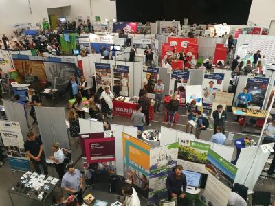 Das Bild zeigt Stände auf der 15. Praktikums- und Ausbildungsmesse im vergangenen Jahr.