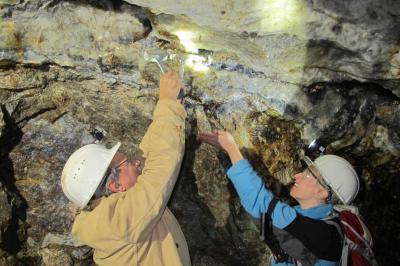 Entnahme von Gesteinsproben im Finstergrund (Bild: Sören Hennig)