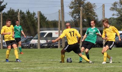 Gegen Kummerow peilt Kai Berger ( ggrünes Trikot ) mit dem Demminer SV einen gelungenen Saisonstart an