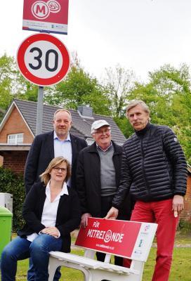 Sönke Siebke, Gerhard Mühlenberg, Hürgen Bucksch und Andrea Weinrich an der Mitfahrbank
