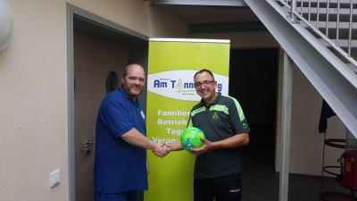 Daniel Voigt bedankt sich im Namen des KFV JA bei Spender Mario Wehr