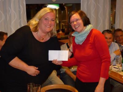 Dani Maurer überreichte Christina Timmermann einen Scheck über €150 für die Jugendkasse