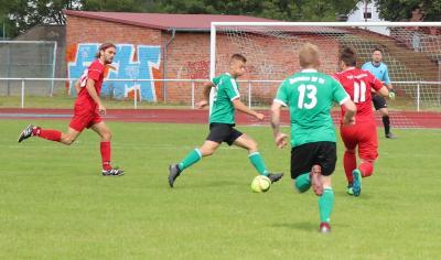 Im Auftaktspiel gegen Kummerow gelangen Alex Jeske ( grünes Trikot, am Ball ) drei Treffer