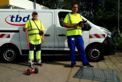 EWE NETZ - Bis Ende September sind Michael Wiesenthal (r.) und Lutz Hoppe mit dem Spürgerät unterwegs in Friedland