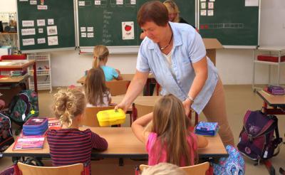 Schulleiterin Christiane Zeiger verteilte in der Klasse 1b die Brotboxen höchstpersönlich. Foto: Stadt Calau / Jan Hornhauer
