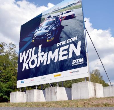 Nicht zu übersehen: Die DTM grüßt schon an der Autobahnabfahrt Klettwitz