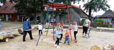 Foto zur Meldung: Groß Laasch - Schönheitskur für Spielplatz
