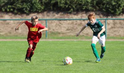 Mit drei Treffern und einer starken Leistung führte Mannschaftskapitän Oskar Fischer ( grünes Trikot ) den Demminer SV zum zweiten Saisonsieg