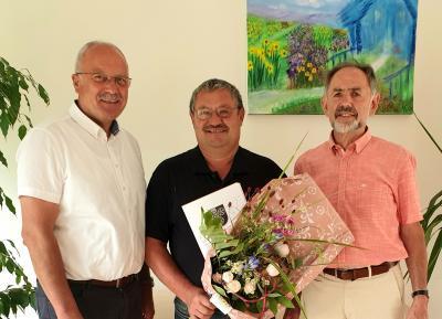 Der Dienstjubilar Alexandr Okolsdajew (Bildmitte) mit Bürgermeister Manfred Helfrich und dem Ersten Beigeordneten Manfred Herget (rechts).