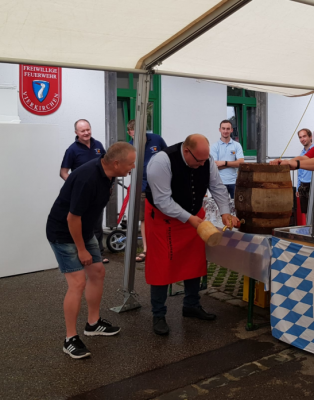 Bürgermeister Dirlenbach beim Anzapfen