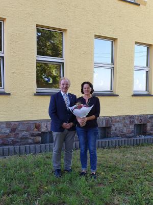 Beauftragter Arno Imig hieß Frau Alexandra Hoch herzlich willkommen und überreichte ihr einen Blumenstrauß