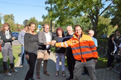 Die Ortsvorsteherin von Groß Behnitz Angelika Zöllner (Bildmitte) übergab Sylvia Mollnau (LWN) (im Bild links) vom Wachower Ortsbeirat symbolisch einen Staffelstab.