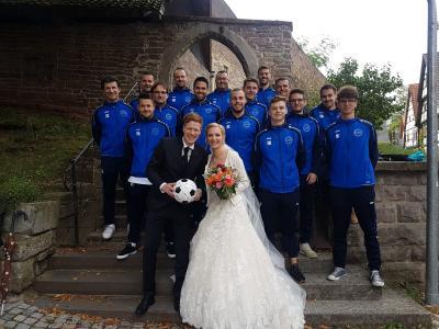 Die Fußballer gratulieren zur Hochzeit