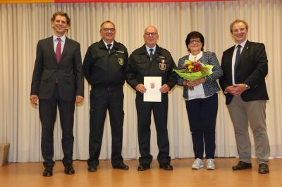 v. l. n. r.: Landrat Dr. Marlon Bröhr, KFI Stefan Bohnenberger, Wehrleiter Volker Aßmann mit seiner Ehefrau Angelika, Beauftragter Arno Imig
