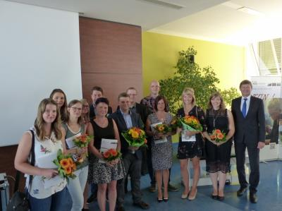 Foto zur Meldung: Zeugnisse für junge Mitarbeiterinnen und Mitarbeiter der Kreisverwaltung