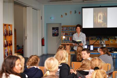 Die Potsdamer Autorin Caroline Flüh las in der Nauener Stadtbibliothek.