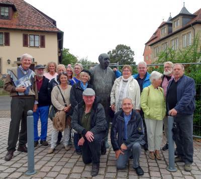 Bürgerbusfahrer mit Partnerinnen vor dem Theodor-Heuss-Museum in Brackenheim, in der Mitte die Bronzestatue von Theodor Heuss.
