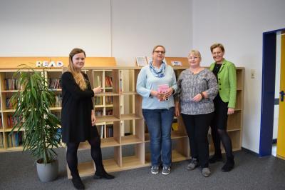 Offizielle Übergabe der neuen Bücherregale durch Frau Schneiders und Frau Jahn vom Förderverein an Frau Magerfleisch und Frau Heuchel