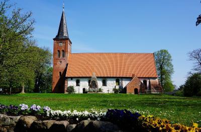 Foto zur Meldung: Ministerin als Geldbotin – Förderbescheide für die Vicelin-Kirche