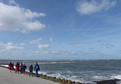 Spaziergang an der Strandmauer