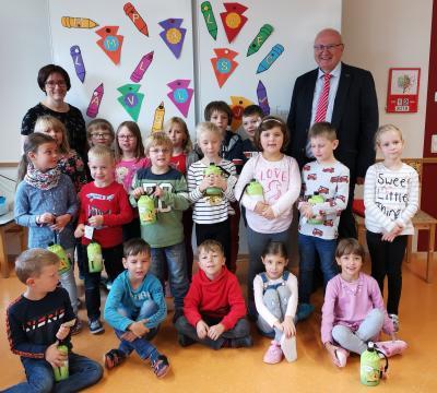 Die Schüler der Eingangsstufe mit Herrn Rosenbaum von der Sparkasse Kulmbach-Kronach
