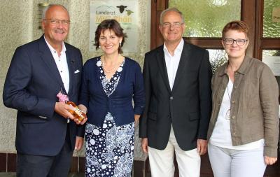 v.l.: Bürgermeister Manfred Helfrich, Staatssekretärin Anne Janz, Dr. Martin Wittig und Ebersburgs Bürgermeisterin Brigitte Kram – vor der Praxis in Poppenhausen.