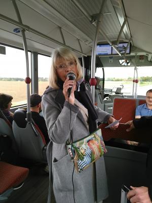 Stadtführerin Claudia Liebenau-Meyer erzählt im Bus über die Geschichte der Juden in Jebenhausen