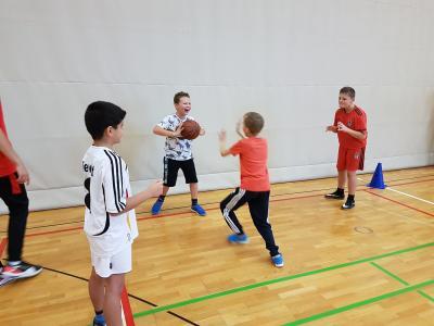 Vorschaubild zur Meldung: Dribbeln, fangen und werfen - Basketball eben!