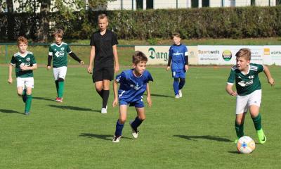 Mit zwei Treffern leitete Constantin Pfeiffer ( grünes Trikot, am Ball ) die Demminer Torgala ein
