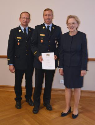 Foto zur Meldung: Feuerwehr-Steckkreuz für SBI Mario Zimmermann