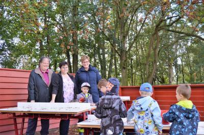 Dorothea Knaak, Sabine Hänseler und Mareen Kienow (v. l.) am neuen Matschplatz, den die Kinder auch bei Herbstwetter über alles lieben.